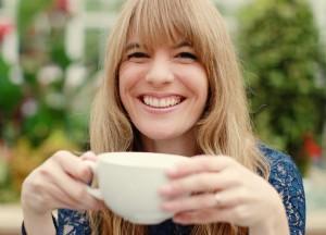 tassa te verd noia somrient tardor salut dental chica sonriendo te verde otoño salud dental